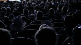 A audiência aplaudiu para um desempenho ou uma apresentação no teatro Vídeo da parte traseira Crianças e adultos semelhantes video estoque