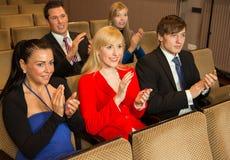 Audiência do teatro que aplaude e que cheering fotografia de stock royalty free