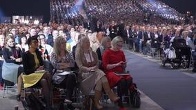 A audiência enorme escuta o orador video estoque