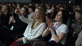 A audiência escuta apresentação da conferência de negócio filme