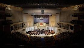 A audiência escuta o concerto da orquestra sinfónica fotos de stock