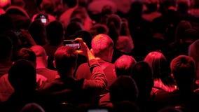 A audiência escuta o conferente filme
