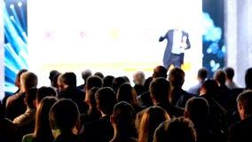 A audiência escuta o conferente video estoque