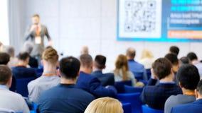 A audiência escuta o conferente na conferência vídeos de arquivo