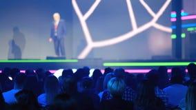 A audiência escuta o conferente na conferência video estoque
