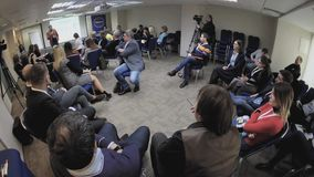 A audiência escuta os oradores na sala de conferências video estoque