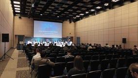 A audiência escuta os oradores na sala de conferências vídeos de arquivo