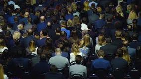 Audiência na sala de conferências vídeos de arquivo