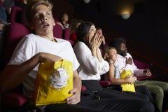 Audiência no filme de terror de observação do cinema imagem de stock