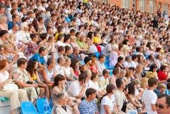A audiência nos carrinhos em um fósforo de futebol fotos de stock royalty free