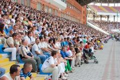 A audiência nos carrinhos em um fósforo de futebol foto de stock
