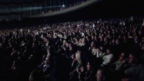 A audiência olha a mostra vídeos de arquivo
