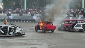 A audiência olha o burning do carro, explosão com som, conluio do fogo filme