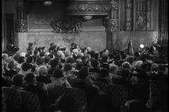 Audiência que aplaude durante o desempenho teatral video estoque