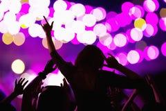 A audiência que olha uma rocha mostrar, vista traseira, fase ilumina-se Imagens de Stock Royalty Free