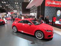 Audi перед логотипом Romeo альфы на экране Автосалон 2015 International Нью-Йорка стоковое изображение