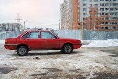 Audi 80 припаркованное в улице зимы стоковая фотография rf