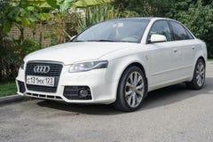 Audi A4 припаркованное на suburbian дороге стоковое фото