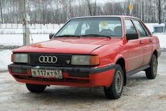 Audi 80 припарковало в улице зимы Смоленска стоковые фотографии rf