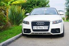 Audi A4 припарковало на улице в пригороде стоковые фото