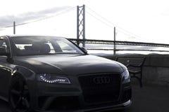 Audi appréciant la vue du pont images libres de droits
