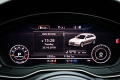 Audi A4 Avant 45 TFSI quattroinstrumentbräda Arkivbilder