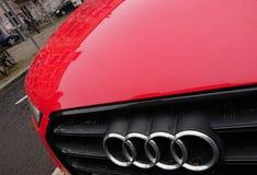 Audi-bedrijfembleem op rode auto royalty-vrije stock afbeeldingen