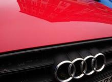 Audi-bedrijfembleem op rode auto royalty-vrije stock foto's