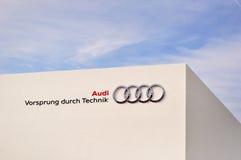 Audi, bordo con tecnologia su una parete bianca contro cielo blu. Immagini Stock