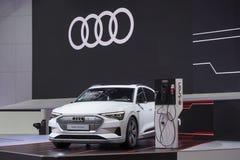 Audi e tron GT på skärm i motorshowen 2019 arkivfoton