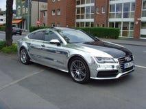 Audi A8 en el color de Chrome y el capo negro foto de archivo libre de regalías