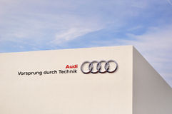 Audi, krawędź przez technologii na białej ścianie przeciw niebieskiemu niebu. Obrazy Stock