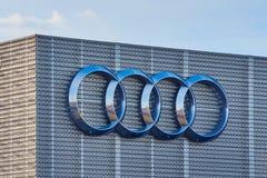 Audi logo på en grå byggnad royaltyfri fotografi