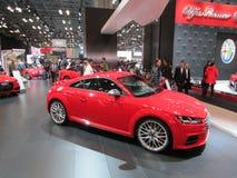 Audi na frente do logotipo de Alfa Romeo na tela Feira automóvel 2015 do International de New York imagem de stock