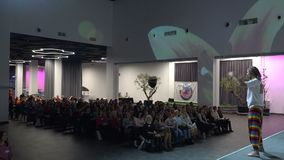 A audi?ncia escuta o discurso do conferente na sala de confer?ncias Kyiv, Ucr?nia, 10 05 2019 vídeos de arquivo