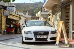 Audi A5 parqueó en la playa Bali, Creta de Mithos Imagen de archivo libre de regalías