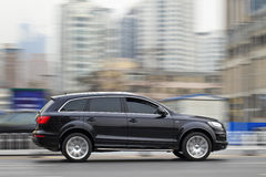 Audi preto Q7 na via expressa do te, Dalian, China Imagens de Stock
