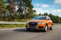 Audi Q3 in der Bewegung auf Landstraße Stockfotografie