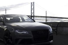Audi que disfruta de la vista del puente imágenes de archivo libres de regalías
