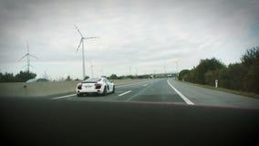 Audi R8, das auf Landstraße fährt stock video