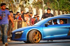 Audi R8 som visas på en högskolafestival i Pune, Indien Arkivbild