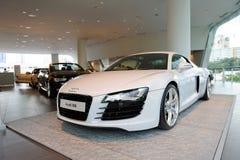 Audi R8 centrerar den toppna bilen på skärm på Audi Singapore Arkivfoton