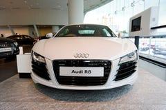 Audi R8 centrerar den toppna bilen på skärm på Audi Singapore Royaltyfria Bilder
