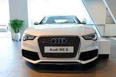 Audi RS5 ostenta o cupé no indicador no centro Singapore de Audi Imagem de Stock Royalty Free