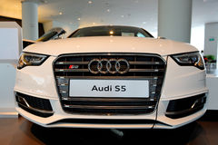 Audi S5 ostenta o cupé no indicador no centro Singapore de Audi Imagem de Stock