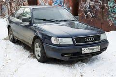 Audi 100 som parkeras i vinter på brottsligt område av Smolensk Royaltyfria Foton