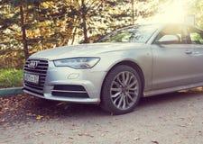 Audi A6 som parkeras på en gata av Munich, förort Arkivfoton