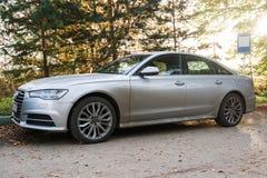 Audi A6 som parkeras på landsvägen på höstaftonen Royaltyfri Fotografi