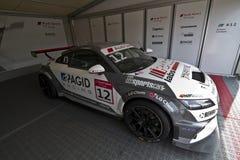 Audi Sport-Auto mit dem Beginnen von Nr. 12 in der Bühne hinter dem Vorhang lizenzfreies stockfoto