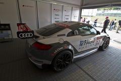 Audi Sport-Auto mit dem Beginnen von Nr. 12 in der Bühne hinter dem Vorhang stockbild